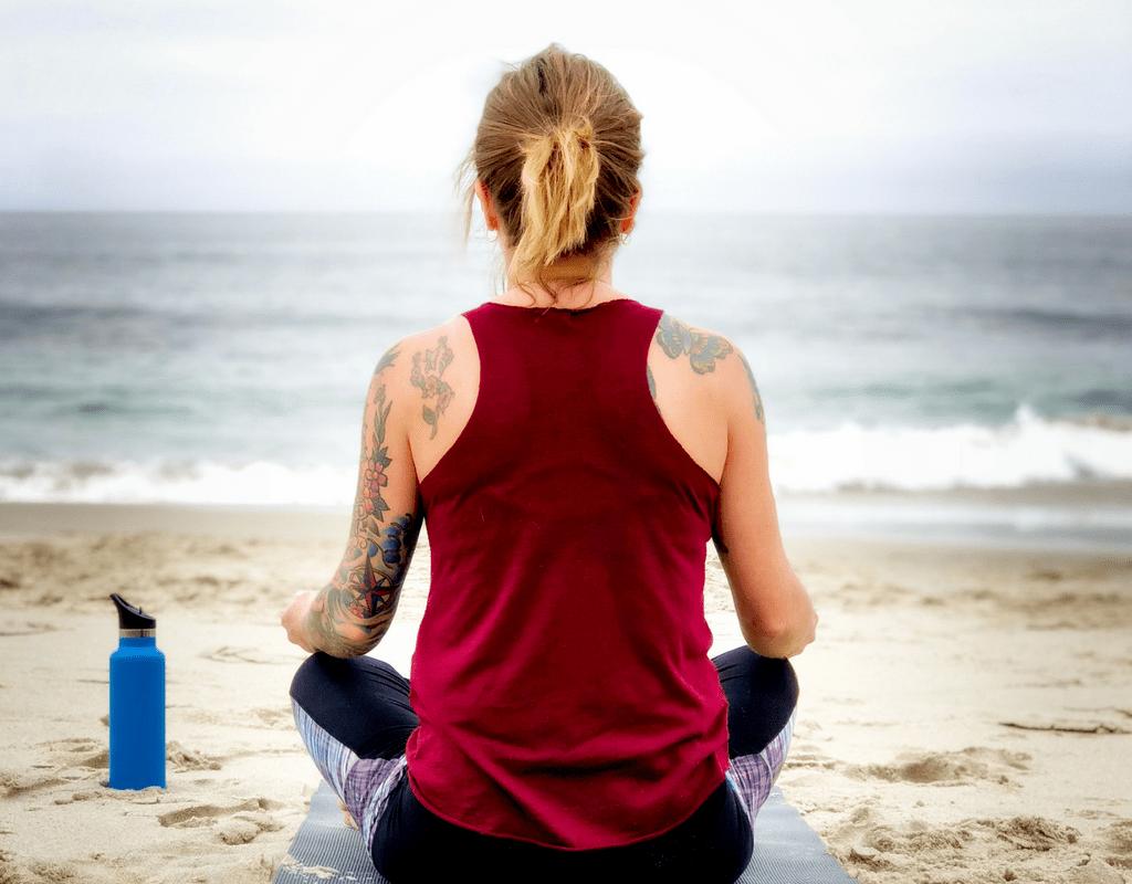 new-mom-beginning-her-fitness-journey-doing-yoga-on-the-beach-teachworkoutlove.com