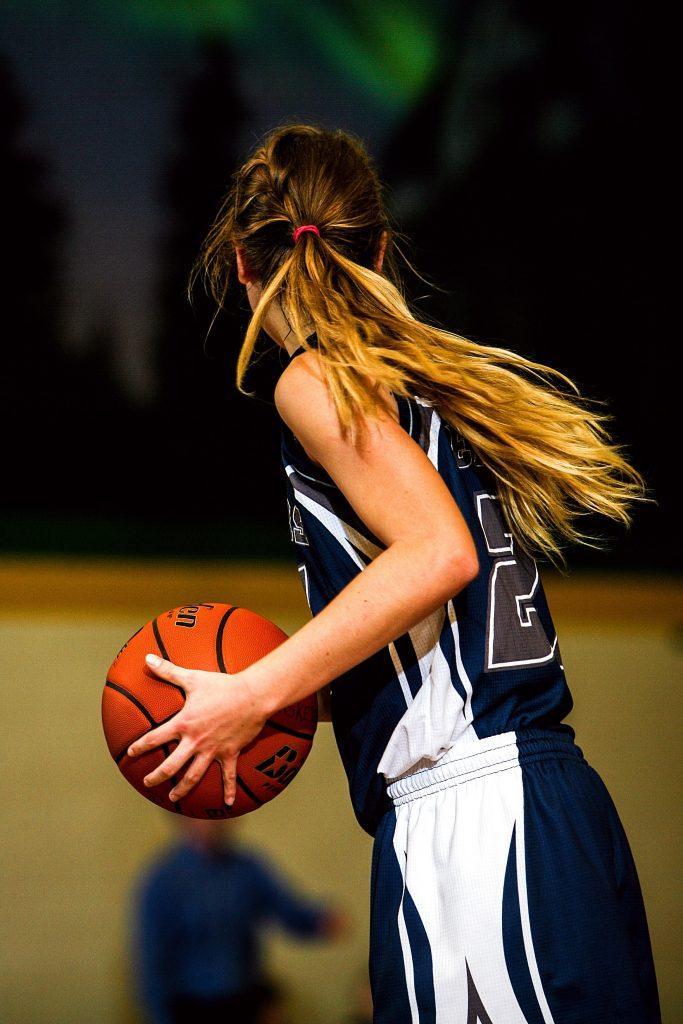 woman-playing-basketball-sports-injury